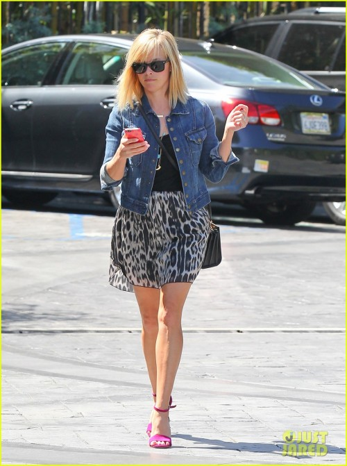 Reese Witherspoon Stops By Lemonade