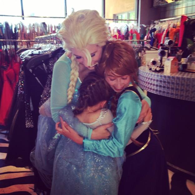 Frozen Elsa and Anna hug