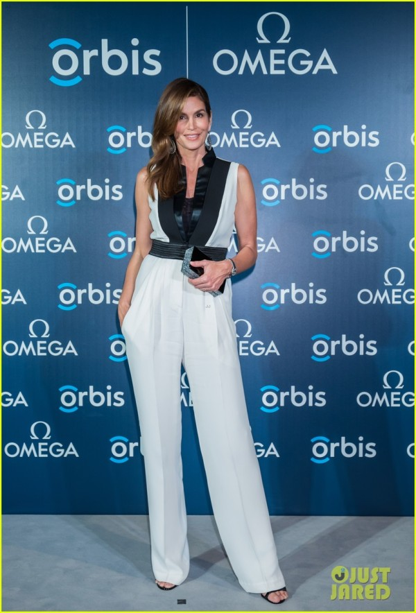cindy-crawford-gets-support-from-family-at-the-hospital-in-the-sky-07