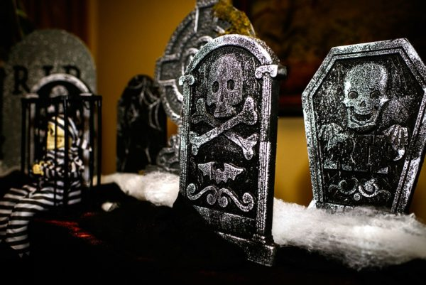 halloween-decor-tombstones